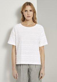 TOM TAILOR - TOM TAILOR T-SHIRT OVERSIZED-T-SHIRT MIT STRUKTURMUSTER - Print T-shirt - whisper white - 0