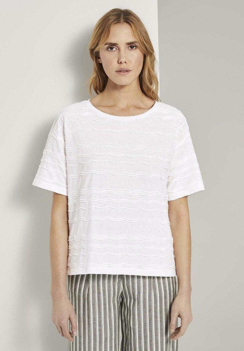 TOM TAILOR - TOM TAILOR T-SHIRT OVERSIZED-T-SHIRT MIT STRUKTURMUSTER - Print T-shirt - whisper white