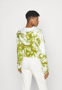 KENDALL + KYLIE - ZIPPER HOODY CROPPED - Sweater met rits - white/khaki - 2