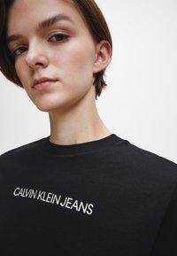 Calvin Klein Jeans - T-shirt z nadrukiem - ck black - 3