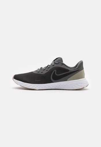 REVOLUTION 5 - Zapatillas de running neutras - black/iron grey/light army