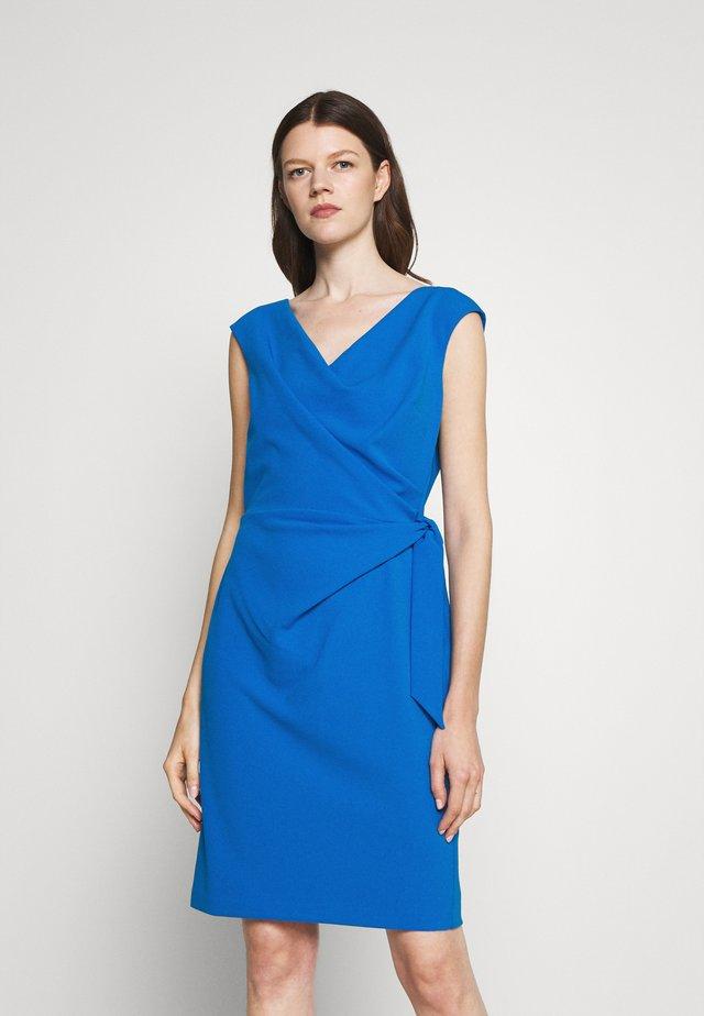 CLEONIE CAP SLEEVE COCKTAIL DRESS - Sukienka etui - deep bondi blue