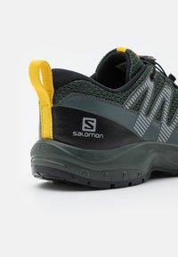 Salomon - XA PRO V8 UNISEX - Trekingové boty - black/urban chic/sulphur - 5