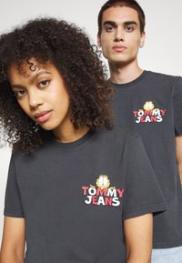 Tommy Jeans - ABO TJU X GARFIELD TEE UNISEX - T-Shirt print - blackout - 3