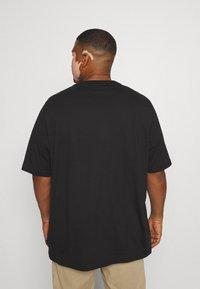 Calvin Klein - SPLIT LOGO - Print T-shirt - black - 2