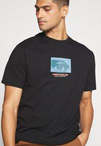 Mennace - ALL EYES ON ME - Print T-shirt - black - 3
