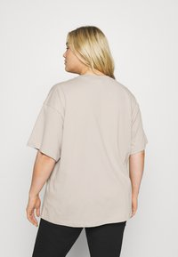 Nike Sportswear - PLUS - Basic T-shirt - cream/white - 2
