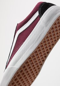 Vans - OLD SKOOL UNISEX - Tenisky - black/port royale - 6