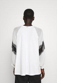 TWINSET - BLUSA CON PIZZI - T-shirt con stampa - bianco ottico/nero - 2