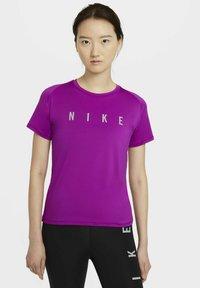 Nike Performance - MILER  - Printtipaita - red plum - 0