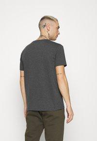Alpha Industries - BASIC SMALL LOGO - Basic T-shirt - charcoal heather/white - 2