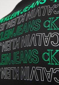 Calvin Klein Jeans - CK REPEAT TEXT GRAPHIC TEE UNISEX - Triko spotiskem - black - 5