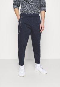 Redefined Rebel - LEE CROPPED PANTS - Pantaloni - navy blazer - 0