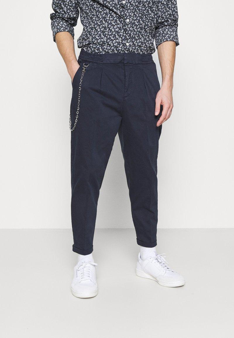 Redefined Rebel - LEE CROPPED PANTS - Pantaloni - navy blazer