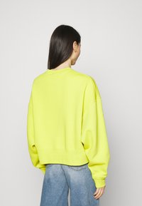 Nike Sportswear - CREW TREND - Sweatshirt - high voltage/(white) - 2
