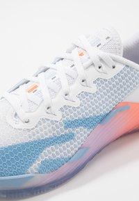 Nike Performance - METCON 5 PRM - Treningssko - white/psychic blue/hyper crimson/pink/pale ivory - 6