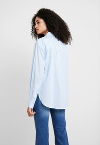 Guess - ISA - Camisa - white/light blue - 2