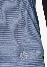 Nike Performance - RISE HYBRID  - Print T-shirt - diffused blue/silver - 2