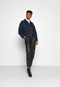 Levi's® - NEW HERITAGE TRUCKER - Jeansjakke - dark blue denim - 1