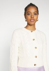 Monki - PAMELA CARDIGAN - Cardigan - white light cable - 4