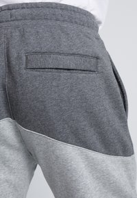 Nike Sportswear - Pantalon de survêtement - charcoal heathr/dark grey heather/university red - 3