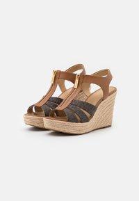 MICHAEL Michael Kors - BERKLEY WEDGE - Sandály na platformě - brown/acorn - 2