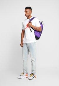 Jordan - JUMPMAN CREW - Print T-shirt - white/infrared - 1