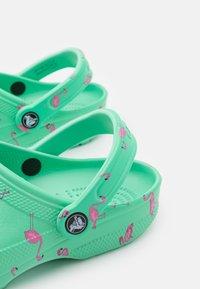 Crocs - CLASSIC VACAY VIBES - Pantofle - flamingo - 5