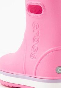 Crocs - CROCBAND RAIN BOOT - Holínky - pink lemonade/lavender - 2