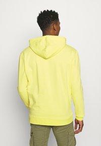 Karl Kani - SIGNATURE WASHED HOODIE UNISEX - Sweatshirt - light yellow - 2