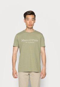 Marc O'Polo - SHORT SLEEVE CLASSIC INSIDE CHEST PRINT - Triko spotiskem - avery fern - 0