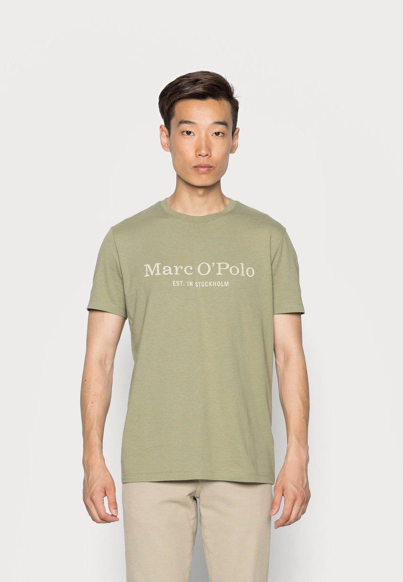 Marc O'Polo - SHORT SLEEVE CLASSIC INSIDE CHEST PRINT - Triko spotiskem - avery fern