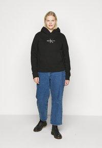 Calvin Klein Jeans Plus - GLITTER MONOGRAM HOODIE - Felpa con cappuccio - black - 1