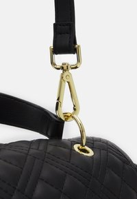 Love Moschino - TOP HANDLE QUILTED FLAP HANDBAG - Handbag - nero - 4