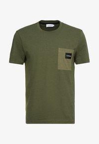 Calvin Klein - CONTRAST POCKET  - T-shirt con stampa - green - 3