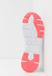 Puma - WEAVE XT - Stabile løpesko - white/ignite pink/fizzy orange - 4