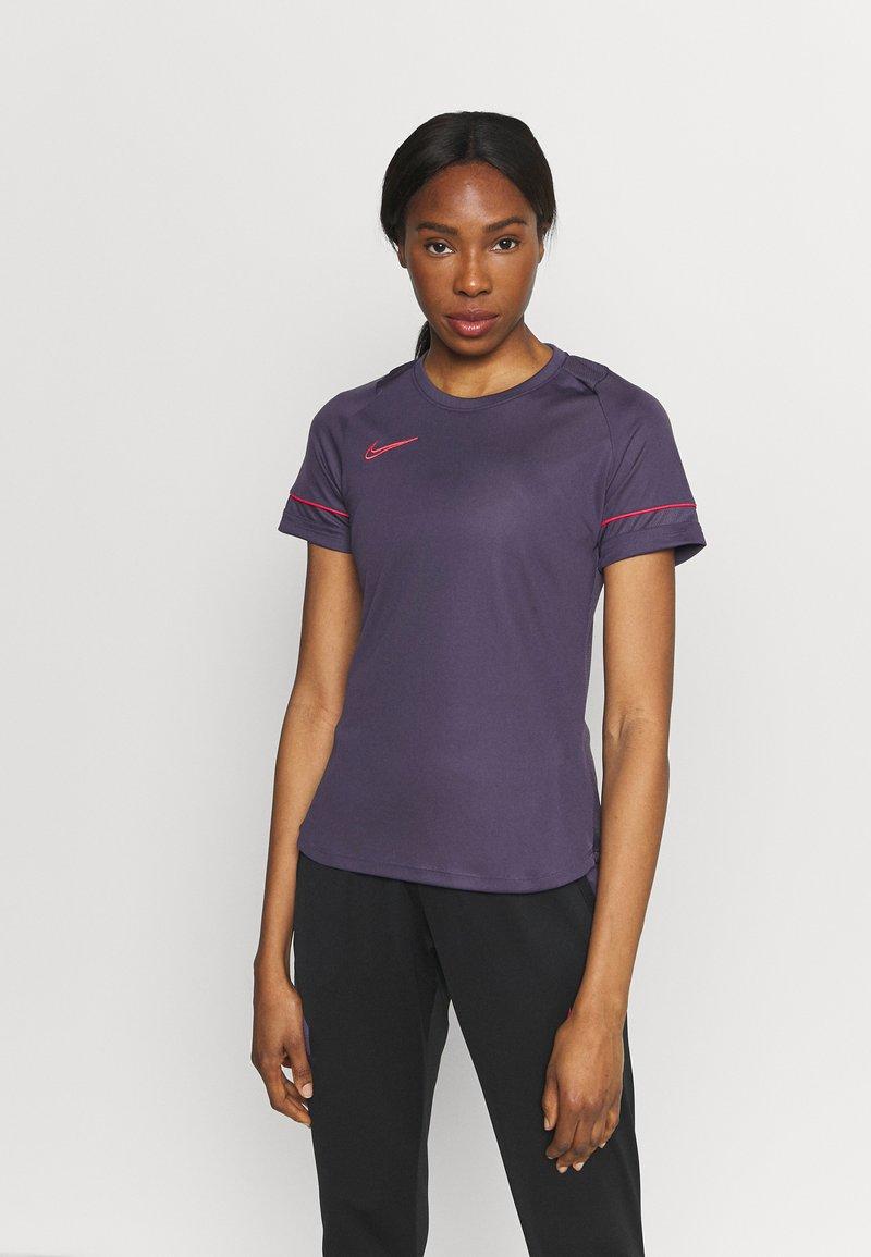 Nike Performance - Camiseta estampada - dark raisin/siren red