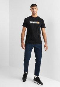 Nike Sportswear - Triko spotiskem - black/white - 1