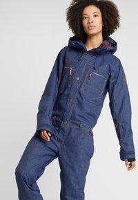 Roxy - FORMATION SUIT - Spodnie narciarskie - mid denim - 3
