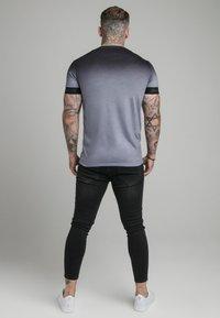 SIKSILK - HIGH FADE TECH TEE - T-shirt med print - black/grey - 2