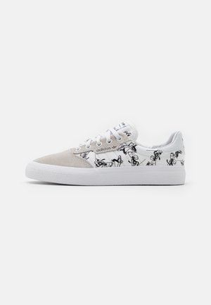 3MC X DISNEY SPORT GOOFY UNISEX - Matalavartiset tennarit - crystal white/footwear white/core black