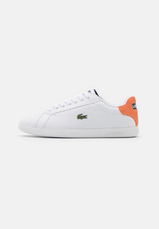 GRADUATE - Matalavartiset tennarit - white/orange