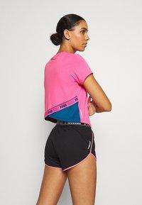 Puma - TRAIN LOGO TEE - T-Shirt print - luminous pink - 2