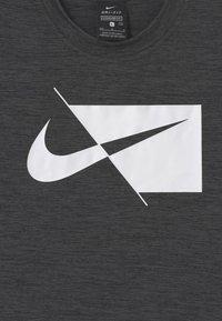 Nike Performance - PLUS - Print T-shirt - black/white - 2