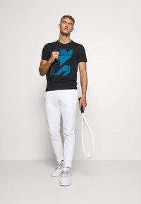 Lacoste Sport - GRAPHIC - Sports shirt - noir/enluminure - 1