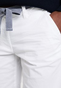 TOM TAILOR - CHINO BERMUDA - Szorty - white - 5