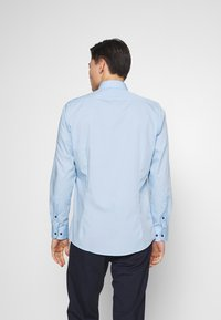 OLYMP - OLYMP LEVEL 5 BODY FIT  - Camicia elegante - hellblau - 2