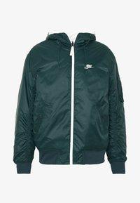 Nike Sportswear - M NSW HE WR JKT HD REV INSLTD - Light jacket - seaweed/sail/thermal green - 6