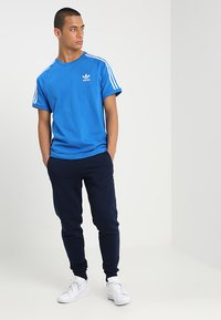 adidas Originals - 3 STRIPES TEE UNISEX - T-shirt imprimé - blubir - 1
