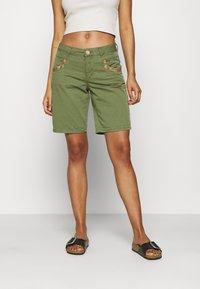 Mos Mosh - DECOR - Shorts - oil green - 0